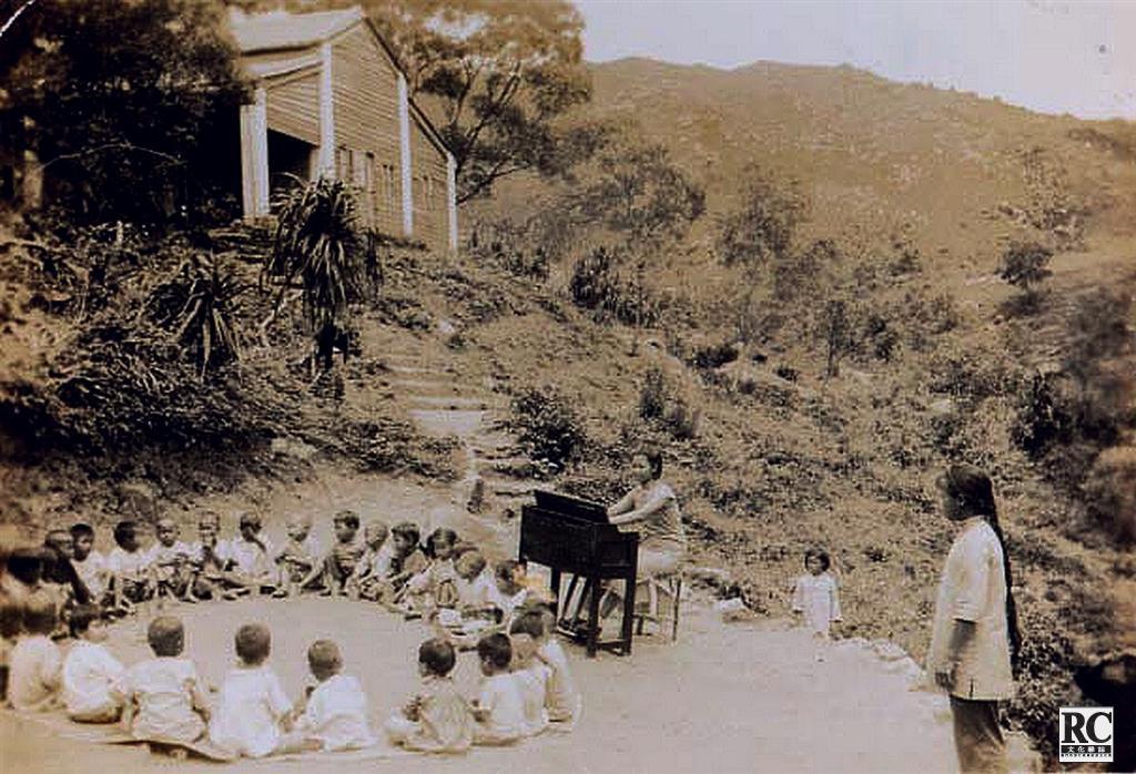 銀坑難民營裡辦起了銀坑村的第一所學校,圖為孩子們在上課。