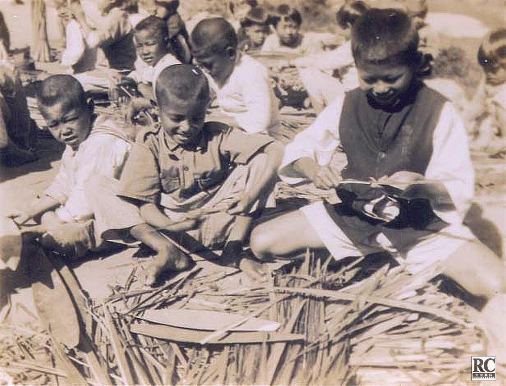 難民兒童學習手工