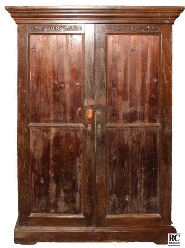 """2010年6月3日,灣仔銀坑社區居民廖妹向珠海市博物館捐贈其收藏的1939年至1941年曾在珠海灣仔銀坑難民營使用過的""""五層大藥櫃""""。"""