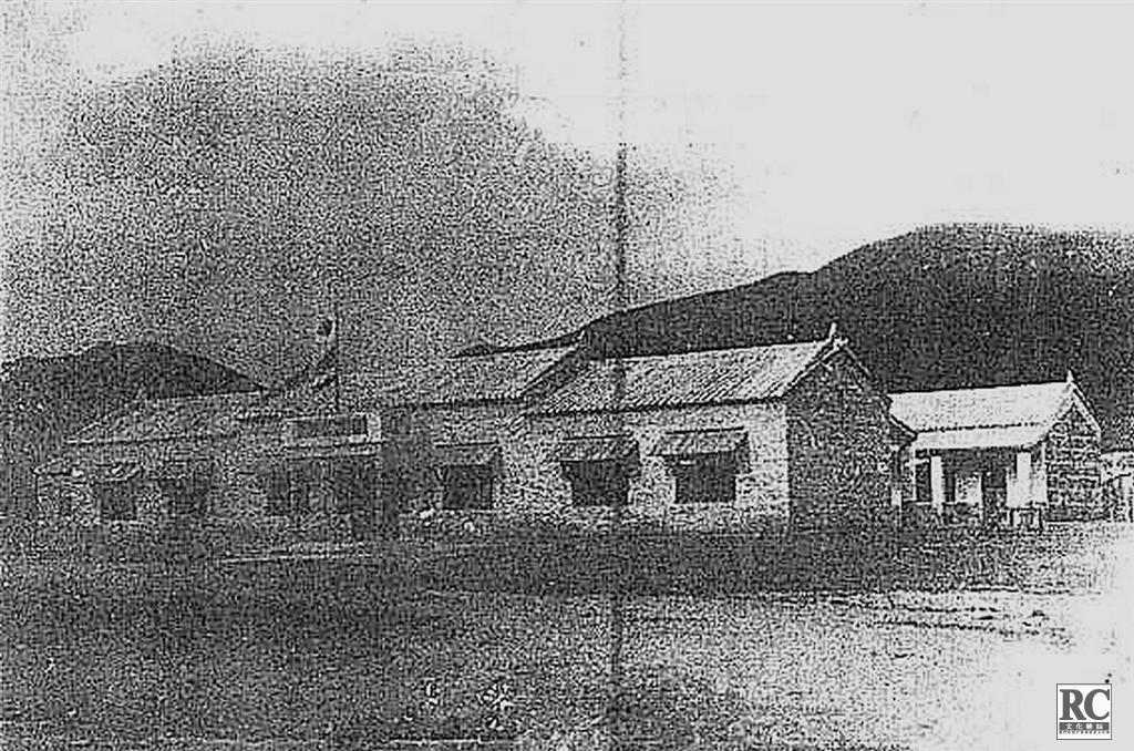 """1939年夏至1940年2月建成""""興亞第一國民學校"""",地點在三灶島工表村。"""