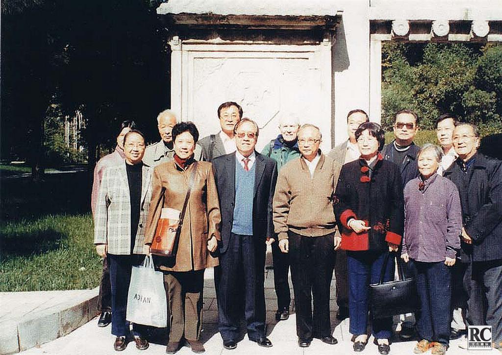 以北京市政協副秘書長朱榮先(右起第三人)為首的文史委員會來墓地考